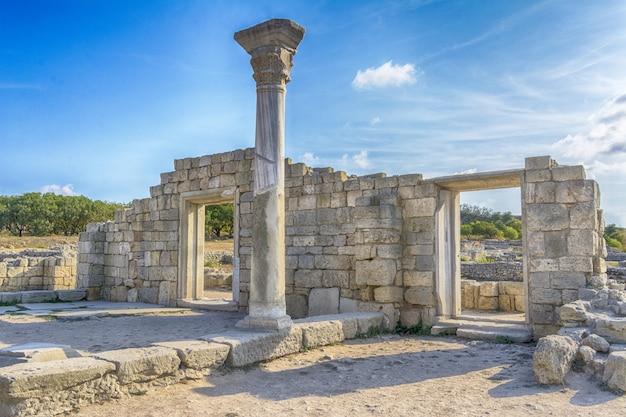 Overlevende kolom van basiliek in chersonesos in de krim.