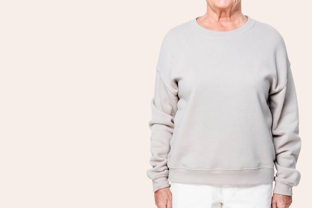 Oversized grijze damestrui casual kleding met ontwerpruimte close-up