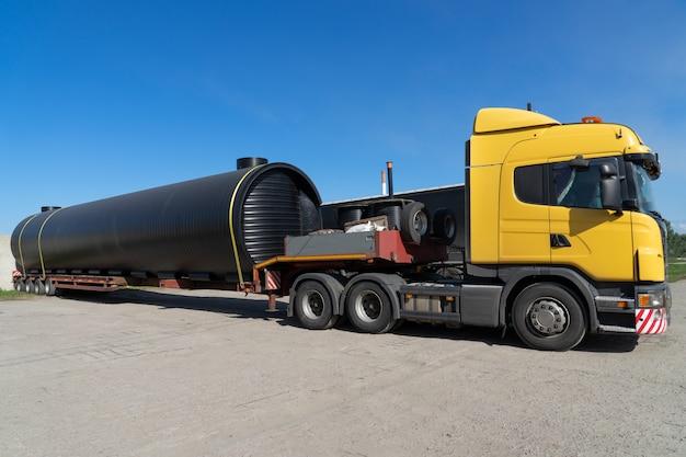 Oversized zwaar transport op vrachtwagen.