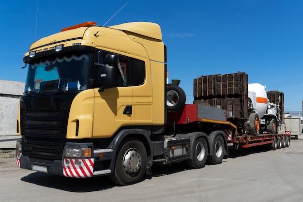 Oversized zwaar transport per vrachtwagen. hoge industriële vracht verzonden op het sleepnet.