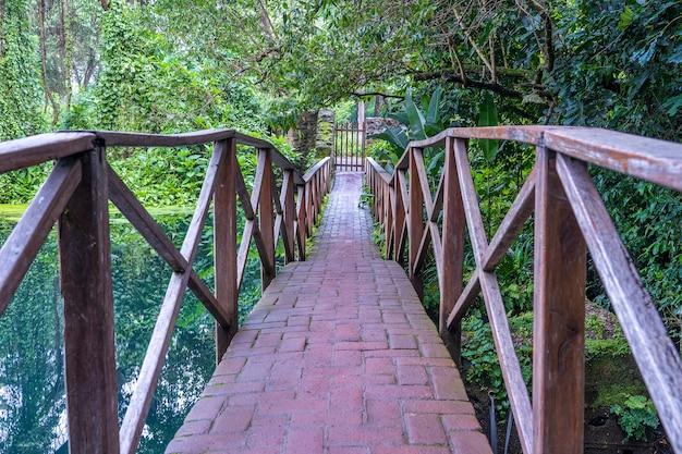 Overspannen brug over een meer