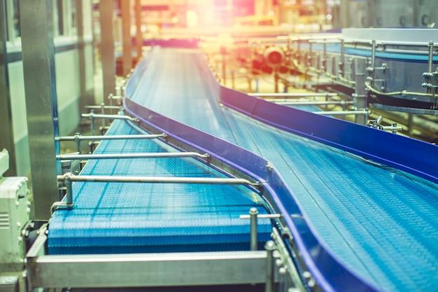 Oversteken van de blauwe rol en transportbanddrank