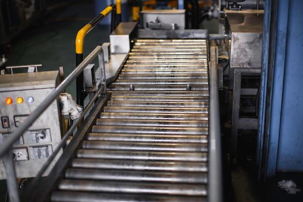 Oversteken van de rollenbaan, productielijn transportband rollen transporttank.