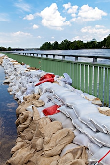 Overstromingen in maagdenburg, duitsland, . zandzakken beschermen tegen het water