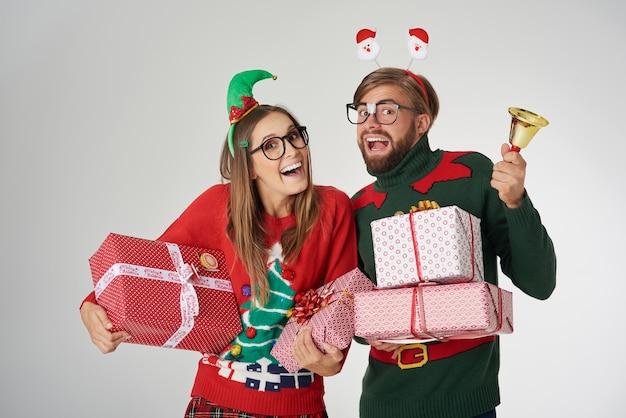 Overvloed aan kerstcadeautjes en gouden bel