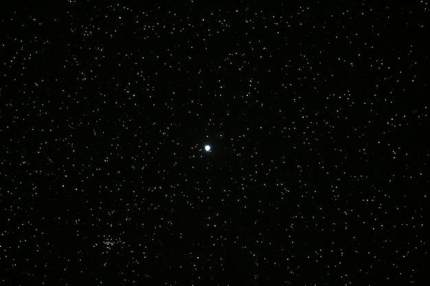 Overvloed van de sterren over de nachthemel en de maan