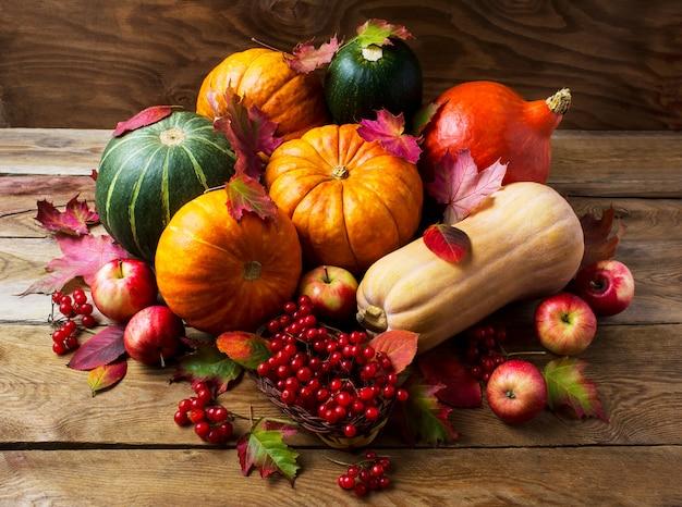 Overvloedig oogstconcept met pompoenen, appelen en bessen