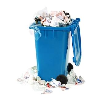 Overvolle blauwe vuilnisbak