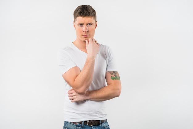 Overweegt jonge man tegen een witte achtergrond