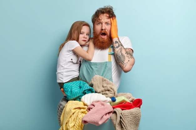 Overweldigd depressieve roodharige man met dikke baard, houdt de hand op het hoofd