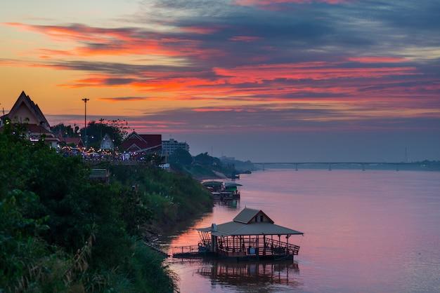 Overweldigend landschap in nong khai, thailand, op de tegenovergestelde mekong rivierbank.