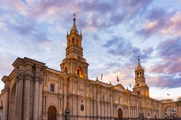 Overweldigende kleurrijke hemel en wolken bij schemer in arequipa, beroemde reisbestemming en oriëntatiepunt in peru. brede kijkhoek van onderen op de koloniale kathedraal. panoramisch kader.