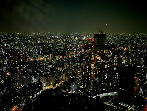 Overweldigende nacht lichte scène van de mistige regenende metropool van tokyo in japan