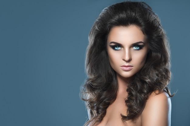 Overweldigende vrouw met mooie make-up en kapsel