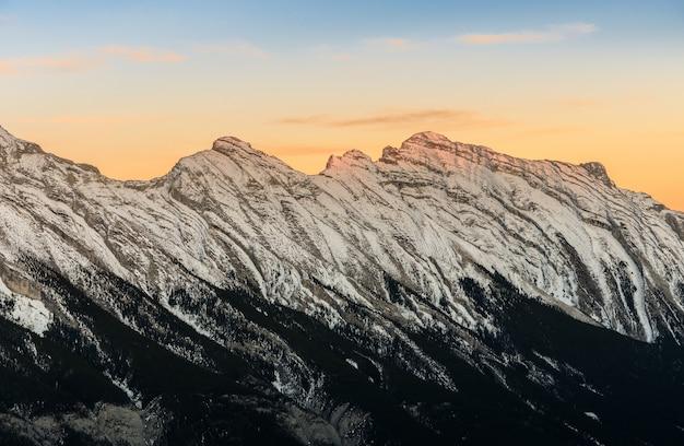 Overweldigende zonsondergang van sneeuw afgedekte canadese rotsachtige bergen bij het nationale park van banff in alberta, canada