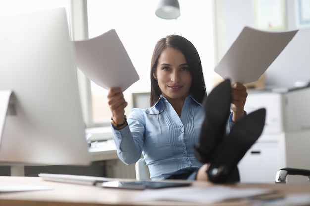Overwerkte vrouw op werkplek