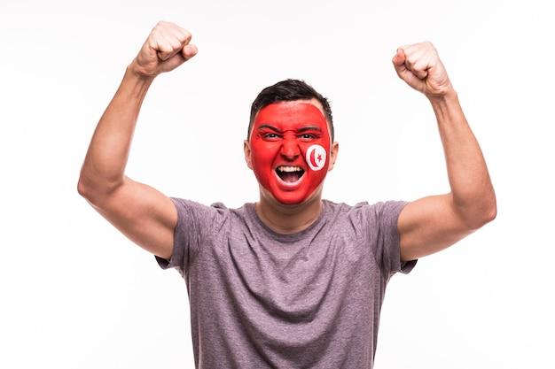 Overwinning, gelukkig en doel schreeuwen emoties van de voetbalfan van tunesië in spelondersteuning van het nationale team van tunesië op witte achtergrond.
