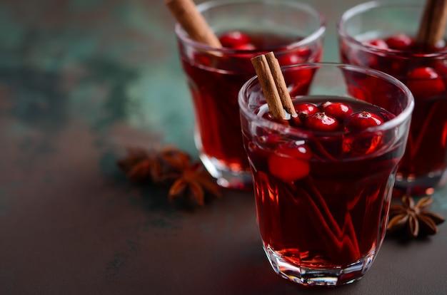 Overwogen rode wijn met veenbessen en kruiden.