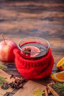 Overwogen wijn kerstmis decoratie ingrediënten appel oranje winter traditionele drank