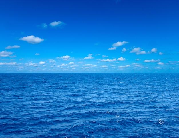 Overzees en blauwe hemelachtergrond