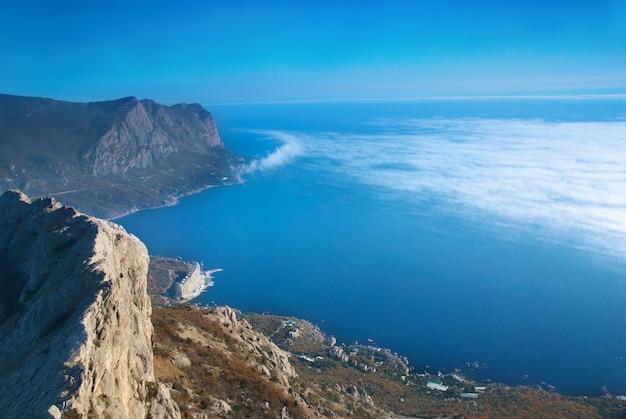 Overzees landschap met bergen en blauwe hemel