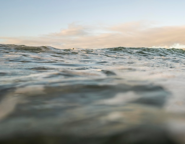 Overzees landschap met kleine golven