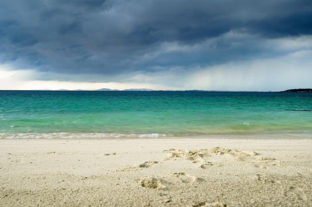 Overzees strand bij koh munnork-eiland, rayong, thailand
