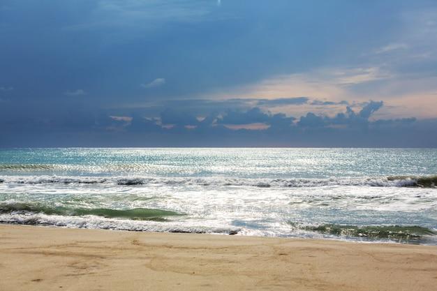 Overzees strand bij stormweer