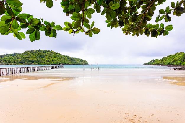 Overzees strand blauwe hemel en zand in het eiland