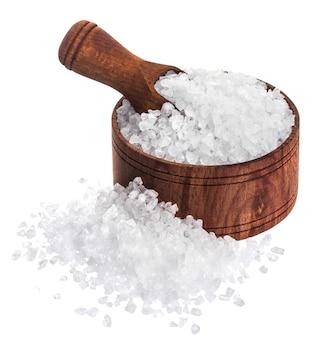Overzees zout dat op witte close-up wordt geïsoleerd als achtergrond