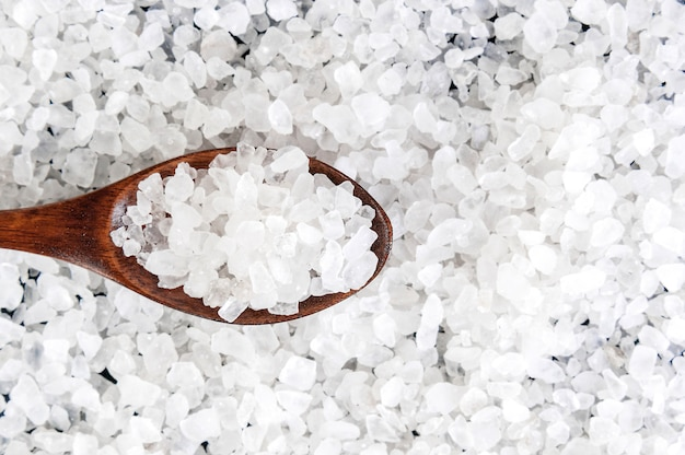 Overzees zout in houten lepel