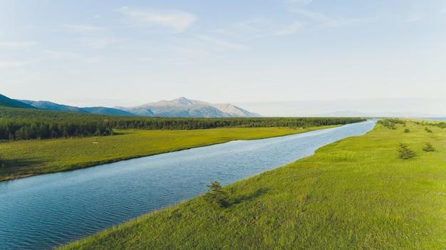 Overzeese baai omgeven door bergen. schiereiland kony. de zee van okhotsk. magadan-regio. rusland.