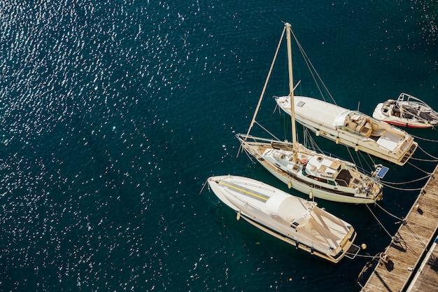 Overzeese jachthaven voor jachten en boten en overzees landschap op een zonnige dag en blauw water.