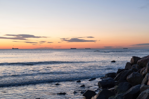 Overzeese rotsen en blauwe zee en zonsopgang in odessa op het strand