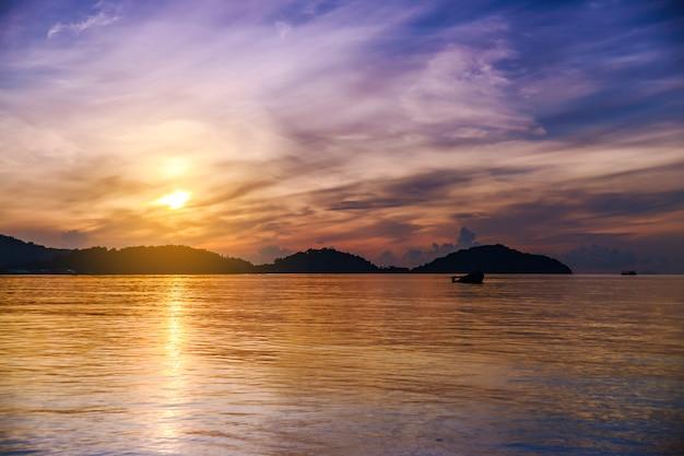 Overzeese zonsondergang of zonsopgang met kleurrijk van hemel en wolk in schemering