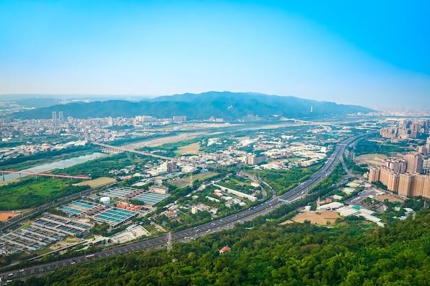 Overzicht stadsgezicht stad en montage, fotoshoot vanaf de top van de berg in taipei, taiwan.