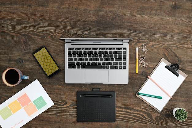 Overzicht werkplek van eigentijdse creatieve modeontwerper met grafisch tablet