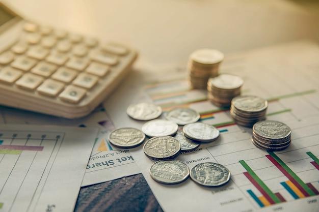 Overzichtsrapport en financiële analyse van concept en rekenmachine met muntstuk van thailand