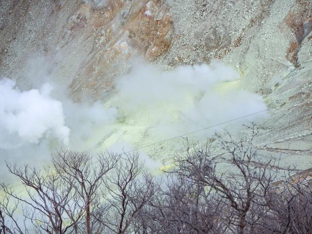 Owakudani is een geothermische vallei met zwaveluitstroomopeningen en warmwaterbronnen in hakone.
