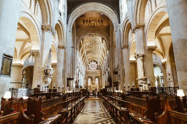 Oxford, uk 29 augustus 2019: interieur van de universiteitskerk van st. mary the virgin. het is de grootste van de parochiekerken en het centrum van oxford