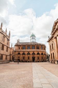 Oxford, verenigd koninkrijk - 29 augustus 2019; sheldonian theater. het sheldonian theatre werd tussen 1664 en 1669 gebouwd voor de universiteit van oxford en werd gebruikt voor muziekconcerten, lezingen en universiteitsceremonies.