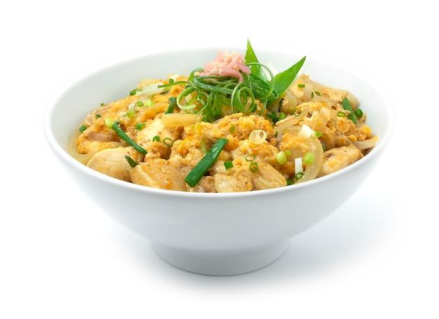 Oyakodon-kip met ei-uitjes bovenop rijstrecept en ingelegde gember