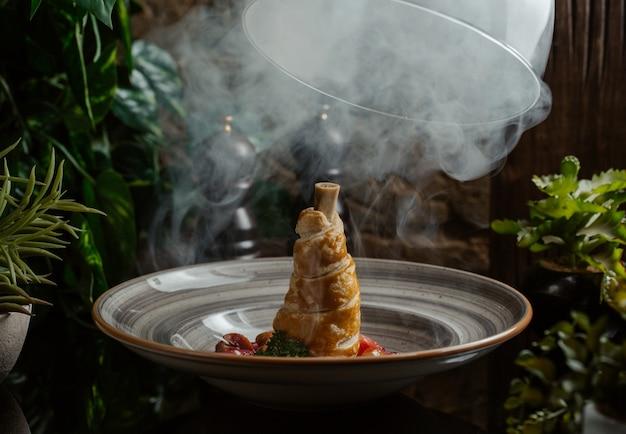 Ozote stoom toegepast op lamsvlees gekookt in deeg