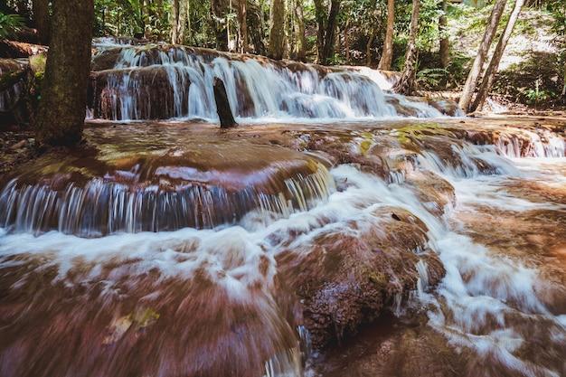 Pa wai waterfall is een kleine kalkstenen waterval. volg de helling van de berg