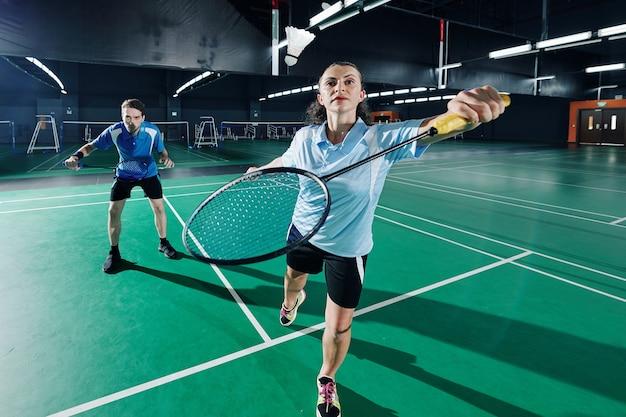 Paar badminton spelen