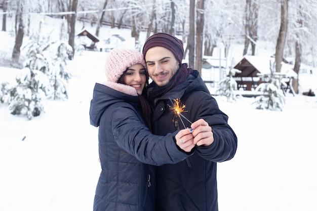 Paar bedrijf schittert in winter park met sneeuw