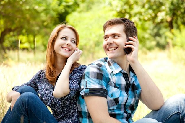 Paar bellen via de mobiele telefoon op buiten in de zomer.