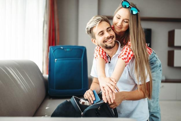 Paar bereidt tassen en paspoorten voor op vakantie