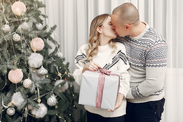 Paar besteedt tijd thuis met kerstversiering
