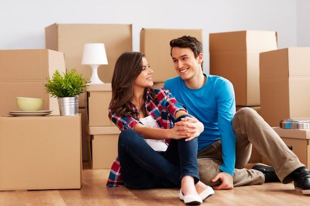 Paar bewegen in huis